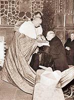 Protektorátní prezident Emil Hácha líbá lebku svatého Václava v chrámu svatého Víta    - Foto ČTK