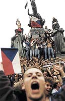 Tyhle lidi přivedla na místo, kde mají Čechy svůj střed, finálová účast fotbalistů na Euru '96     - Foto JAN ŠIBÍK